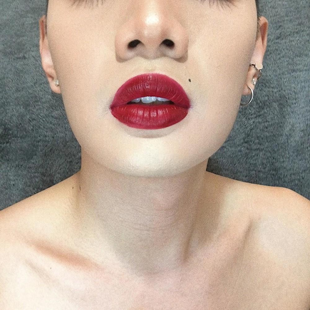 Chắc hẳn sẽ không ít người nhầm đôi môi tều đỏ chót này là của Hà Hồ hay Kỳ Duyên...