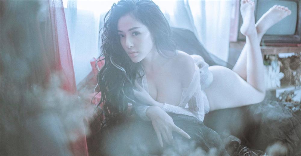 Hotgirl Ngân 98 gia nhập cuộc đua khoe thân với khoảnh khắc nude vòng 1-6
