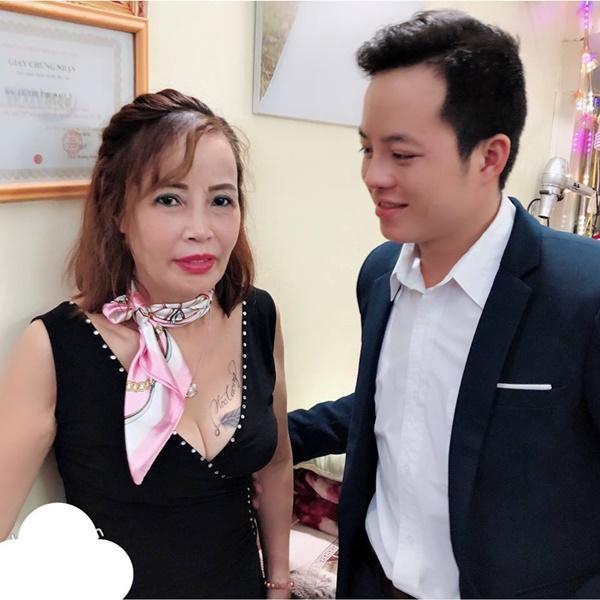 Đăng clip chồng liếc mắt đưa tình khi nhặt rau cùng Thị Nở Quách Phượng, dân mạng khuyên cô dâu 61 tuổi: Cẩn thận đi là vừa-2