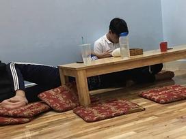 Đôi trẻ có hành động lạ đằng sau chiếc bàn 'kém duyên' ở quán mỳ cay, dân mạng thi nhau đoán già đoán non