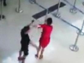 Nữ nhân viên Vietjet Air bị tát, đạp giữa sân bay Thanh Hóa