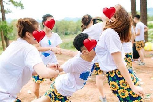 Ảnh kỷ yếu gây shock của sinh viên Hà Nội: Nam sinh bịt mắt cắn táo phản cảm trước ngực bạn nữ-1