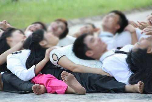 Ảnh kỷ yếu gây shock của sinh viên Hà Nội: Nam sinh bịt mắt cắn táo phản cảm trước ngực bạn nữ-11