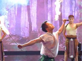 Việt Hương, MC Trác Thuý Miêu 'điêu đứng' trước Nam vương đẹp trai biết thổi lửa