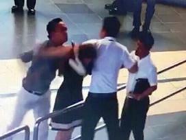 Cảng vụ nói gì khi an ninh sân bay đứng nhìn nữ tiếp viên bị đánh