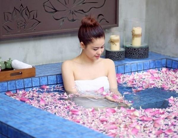 1001 kiểu khoe tắm bồn của các mỹ nhân Việt: người vẫn mặc nguyên đồ, kẻ cởi hết cho biết thế nào là sexy-16