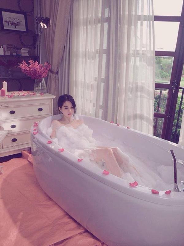 1001 kiểu khoe tắm bồn của các mỹ nhân Việt: người vẫn mặc nguyên đồ, kẻ cởi hết cho biết thế nào là sexy-13