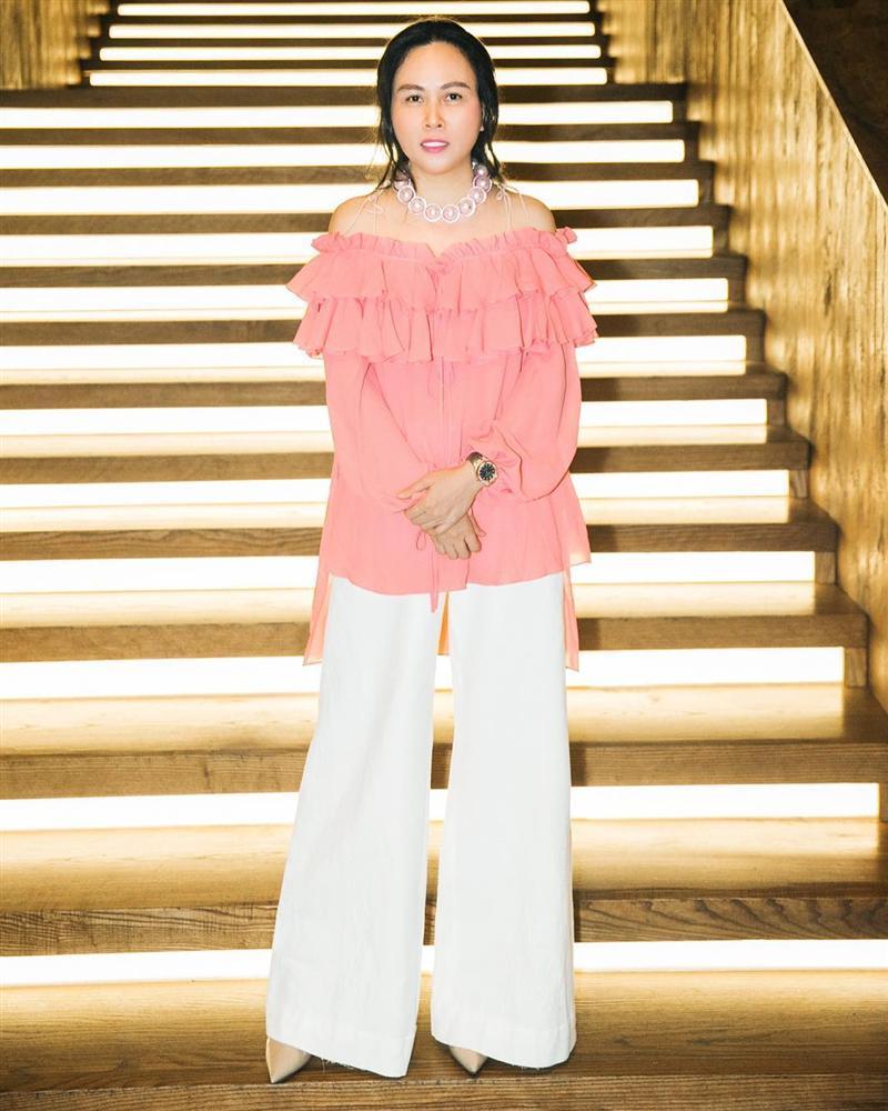 Mặc đồ Alexander McQUEEN, Ngọc Trinh bị chê sến súa còn Phượng Chanel chẳng khác nào khoác áo hàng chợ-5