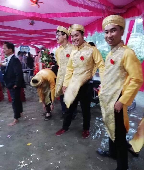 Thêm một đám cưới đúng ngày bão về, cả xóm xông vào tát nước hộ rồi ăn cỗ nhanh nhanh còn chạy lũ-2