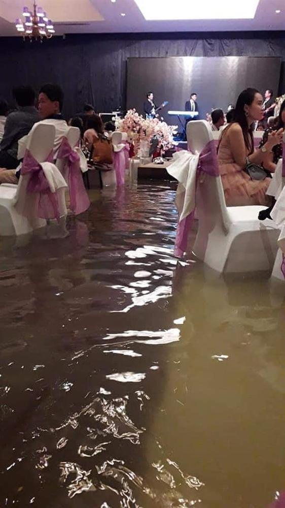 Thêm một đám cưới đúng ngày bão về, cả xóm xông vào tát nước hộ rồi ăn cỗ nhanh nhanh còn chạy lũ-5