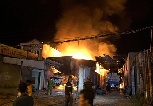 NÓNG: Đang cháy, nổ dữ dội bãi chứa nhiều xe bồn chở xăng dầu-1