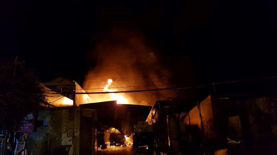 NÓNG: Đang cháy, nổ dữ dội bãi chứa nhiều xe bồn chở xăng dầu-2
