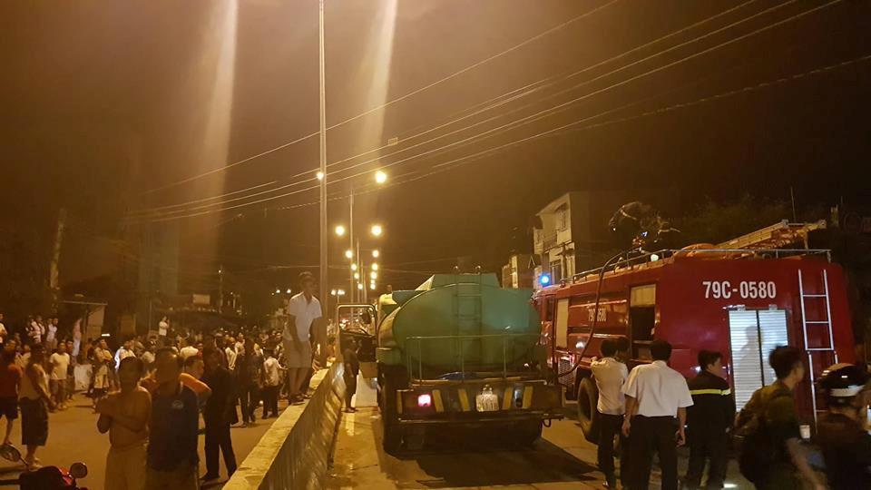 NÓNG: Đang cháy, nổ dữ dội bãi chứa nhiều xe bồn chở xăng dầu-3