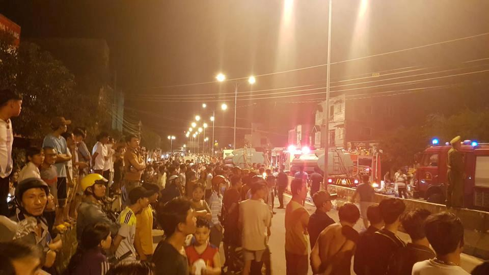 NÓNG: Đang cháy, nổ dữ dội bãi chứa nhiều xe bồn chở xăng dầu-4