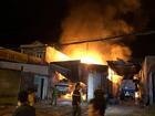 NÓNG: Đang cháy, nổ dữ dội bãi chứa nhiều xe bồn chở xăng dầu
