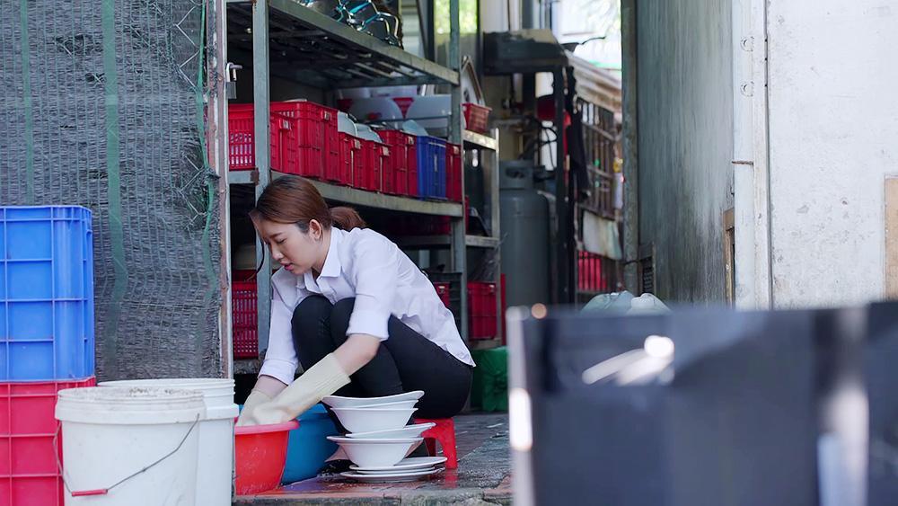 Gạo nếp gạo tẻ tập 89: Tin được không, Hân Hoa hậu chấp nhận đi rửa bát thuê và trải nghiệm sự hãi hùng khi ngủ gầm cầu!-6