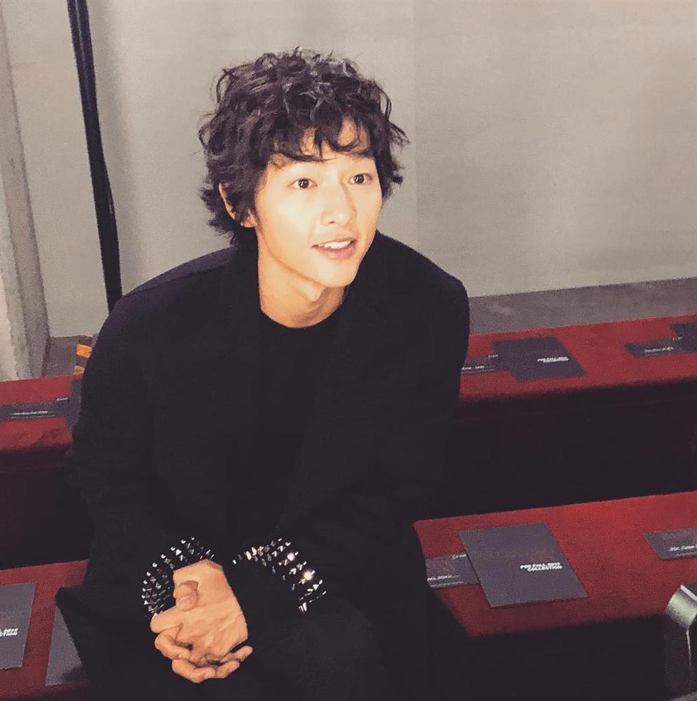 Song Joong Ki mặt gầy vêu, má tóp khi để kiểu tóc xù mì style bà thím giống Sơn Tùng M-TP, Tiên Tiên-3