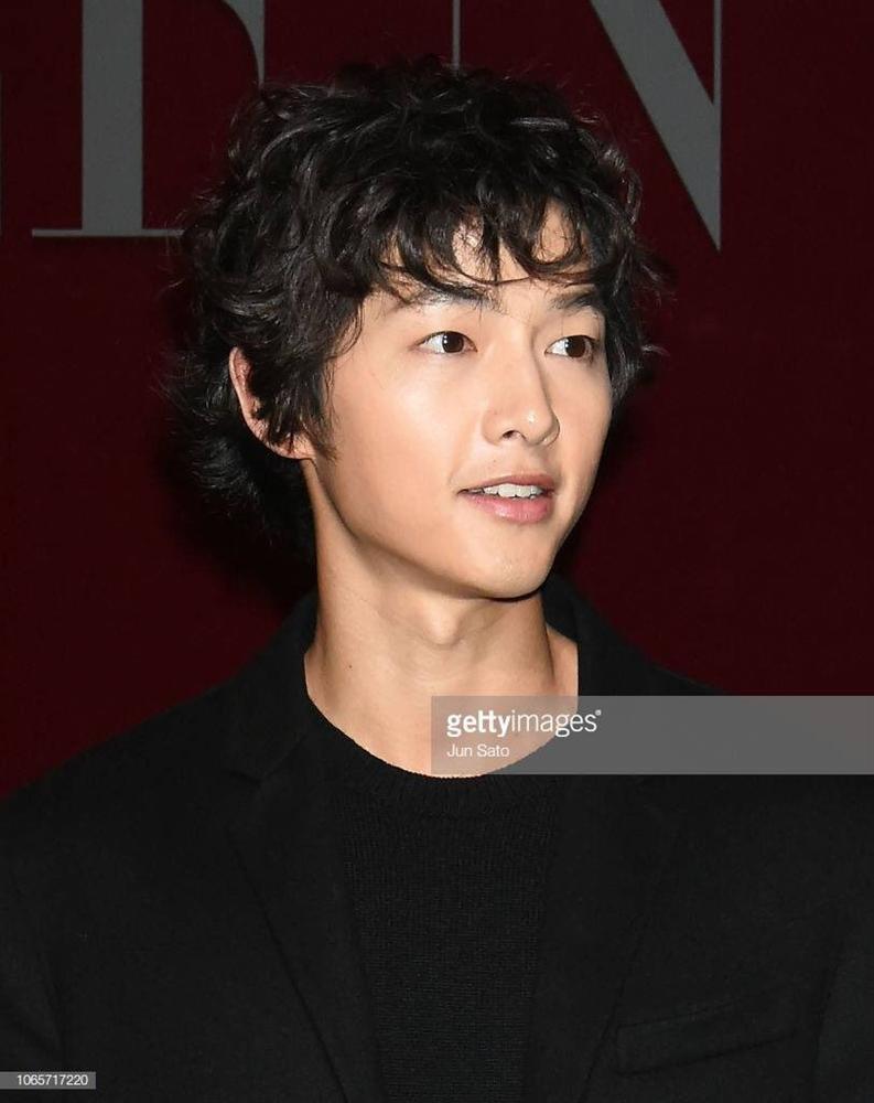 Song Joong Ki mặt gầy vêu, má tóp khi để kiểu tóc xù mì style bà thím giống Sơn Tùng M-TP, Tiên Tiên-6