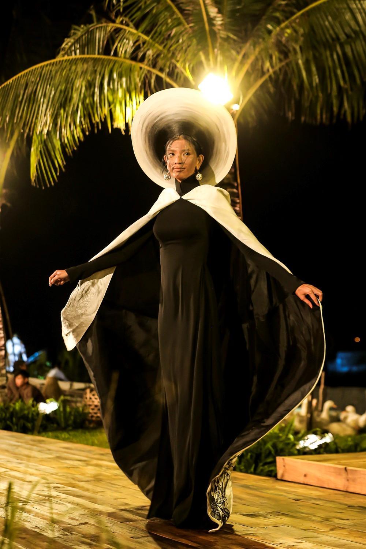 Quốc phục nụ cười Việt đẹp nhất thế giới của Minh Tú từng được Trương Thị May trình diễn và bị chê thê thảm vì họa mặt hết vía-5