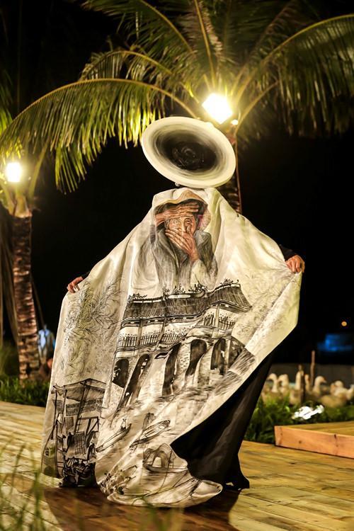 Quốc phục nụ cười Việt đẹp nhất thế giới của Minh Tú từng được Trương Thị May trình diễn và bị chê thê thảm vì họa mặt hết vía-6
