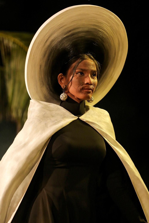 Quốc phục nụ cười Việt đẹp nhất thế giới của Minh Tú từng được Trương Thị May trình diễn và bị chê thê thảm vì họa mặt hết vía-7