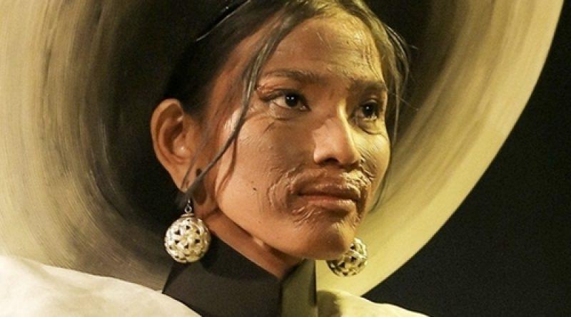 Quốc phục nụ cười Việt đẹp nhất thế giới của Minh Tú từng được Trương Thị May trình diễn và bị chê thê thảm vì họa mặt hết vía-8