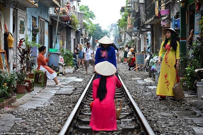 Tàu lửa Việt Nam được du khách thích thú check-in trên đường ray-1