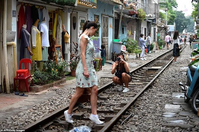 Tàu lửa Việt Nam được du khách thích thú check-in trên đường ray-2