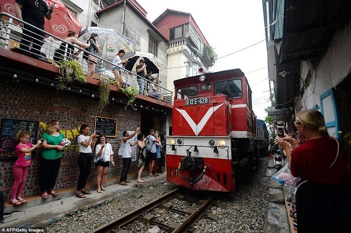 Tàu lửa Việt Nam được du khách thích thú check-in trên đường ray-3
