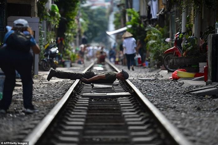 Tàu lửa Việt Nam được du khách thích thú check-in trên đường ray-4