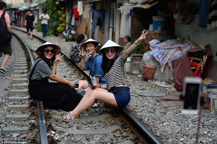 Tàu lửa Việt Nam được du khách thích thú check-in trên đường ray-7