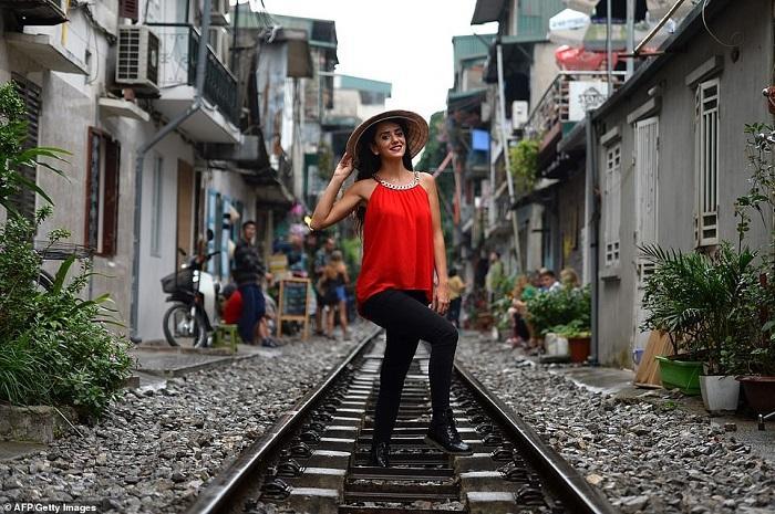Tàu lửa Việt Nam được du khách thích thú check-in trên đường ray-5