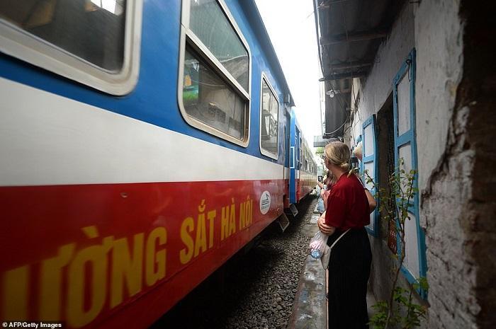 Tàu lửa Việt Nam được du khách thích thú check-in trên đường ray-8