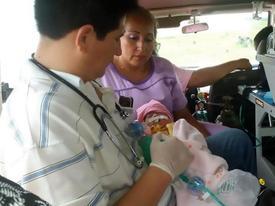 Khoảnh khắc trái tim ngoài lồng ngực của bé sơ sinh đập từng nhịp khiến người xem nín thở