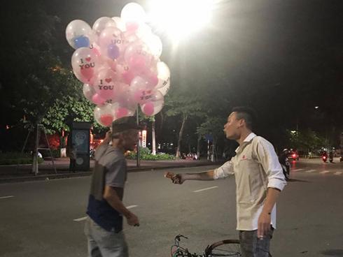 Dân mạng cảm động với 9X bốc kẹo đám cưới cho cụ già nghèo qua đường-3