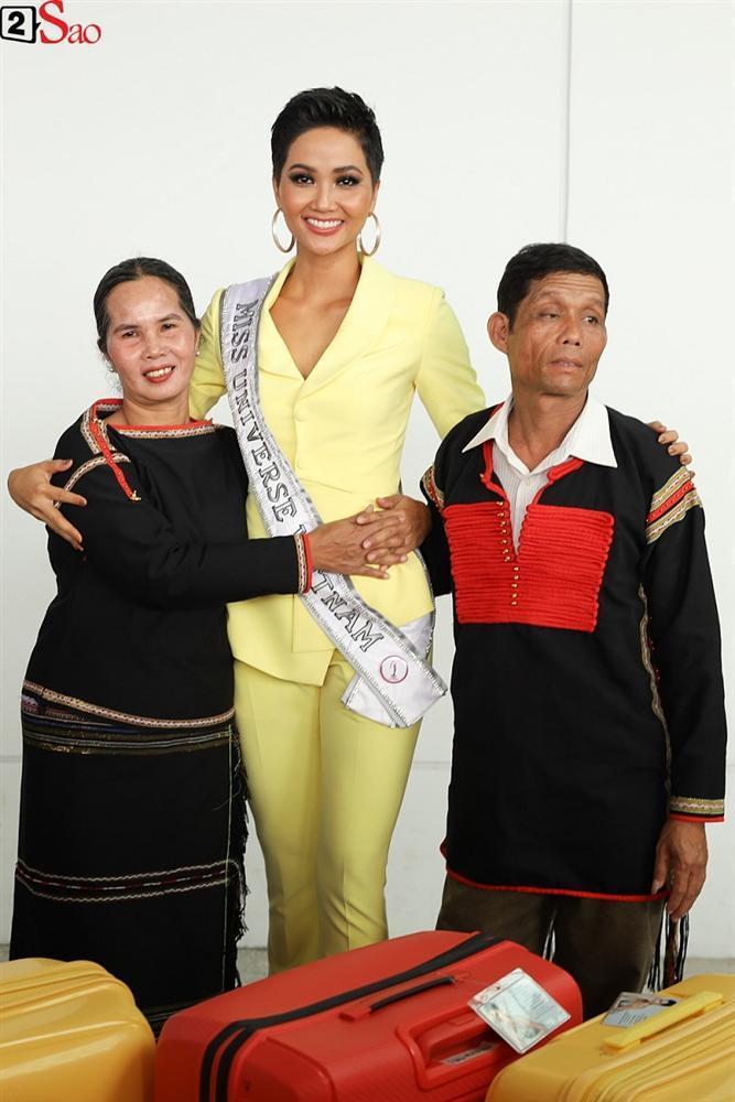 HHen Niê giương cao quốc kỳ, chào cha mẹ và đồng bào Ê Đê lên đường chinh chiến Miss Universe 2018-3