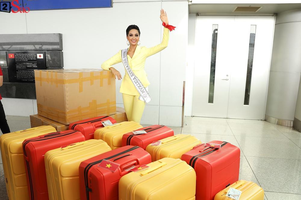 HHen Niê giương cao quốc kỳ, chào cha mẹ và đồng bào Ê Đê lên đường chinh chiến Miss Universe 2018-10