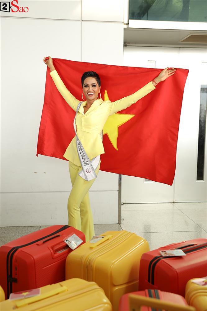 HHen Niê giương cao quốc kỳ, chào cha mẹ và đồng bào Ê Đê lên đường chinh chiến Miss Universe 2018-7