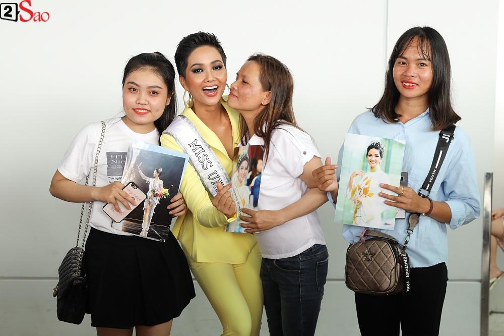 HHen Niê giương cao quốc kỳ, chào cha mẹ và đồng bào Ê Đê lên đường chinh chiến Miss Universe 2018-5