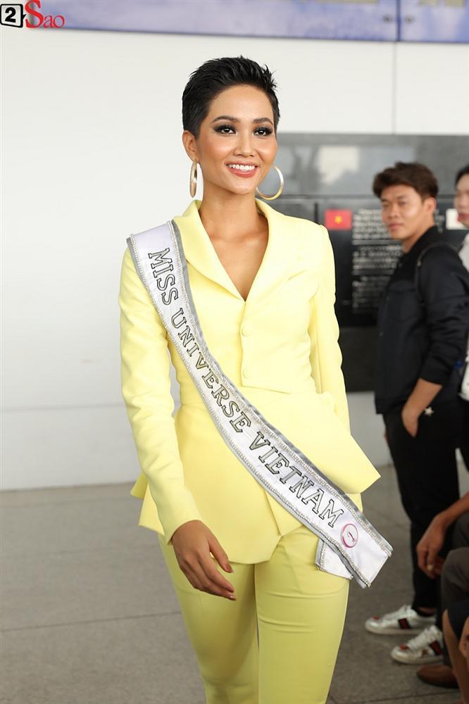 HHen Niê giương cao quốc kỳ, chào cha mẹ và đồng bào Ê Đê lên đường chinh chiến Miss Universe 2018-9