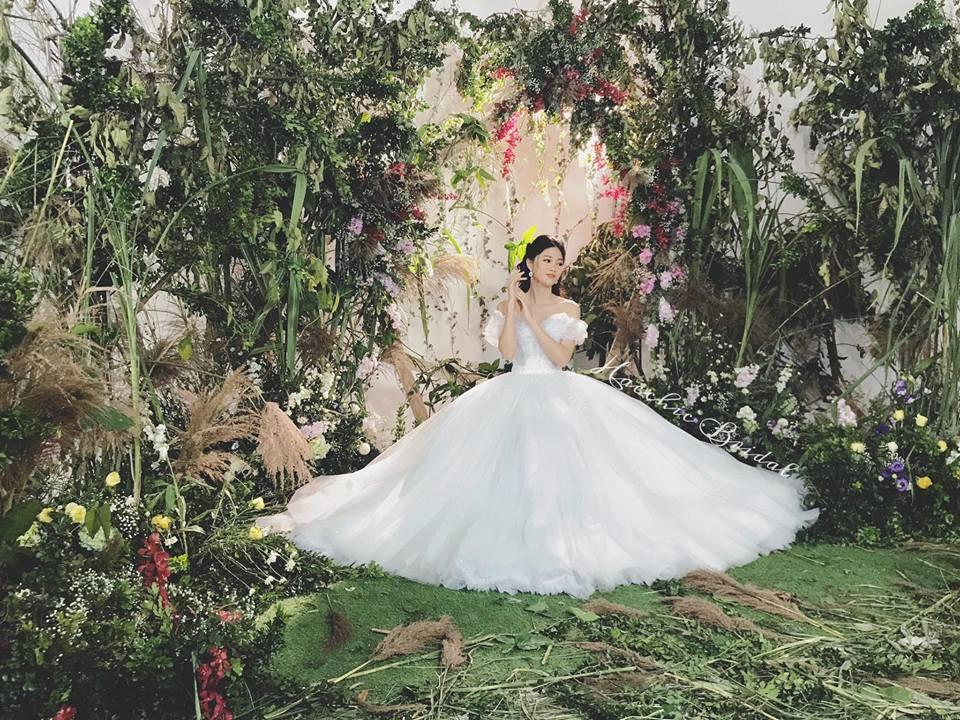 Váy cưới thì kín đáo thế thôi, bình thường á hậu Thanh Tú cực kỳ thích váy xẻ đùi cao tít tắp khoe đôi chân cực phẩm - ảnh 1