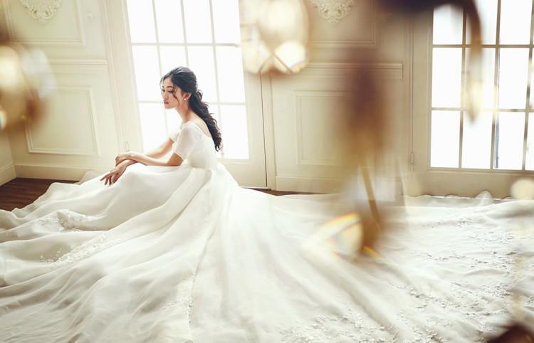 Lộ diện 3 mẫu váy biến Á hậu Ngô Thanh Thanh Tú thành công chúa trong đám cưới với CEO hơn 16 tuổi-5