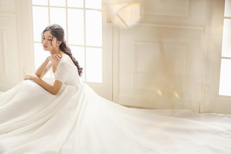 Lộ diện 3 mẫu váy biến Á hậu Ngô Thanh Thanh Tú thành công chúa trong đám cưới với CEO hơn 16 tuổi-6