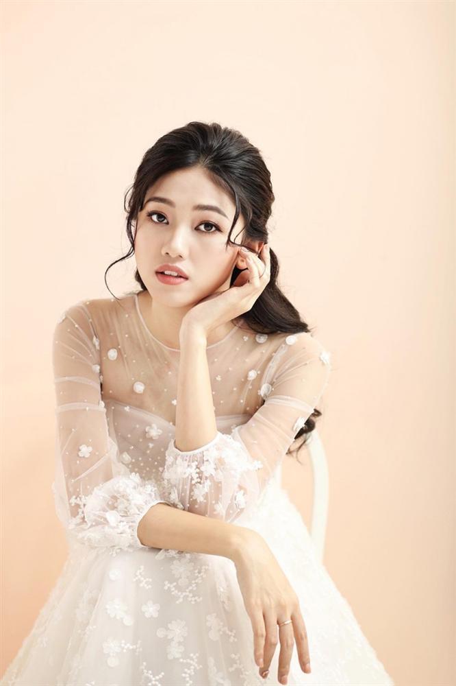 Lộ diện 3 mẫu váy biến Á hậu Ngô Thanh Thanh Tú thành công chúa trong đám cưới với CEO hơn 16 tuổi-7