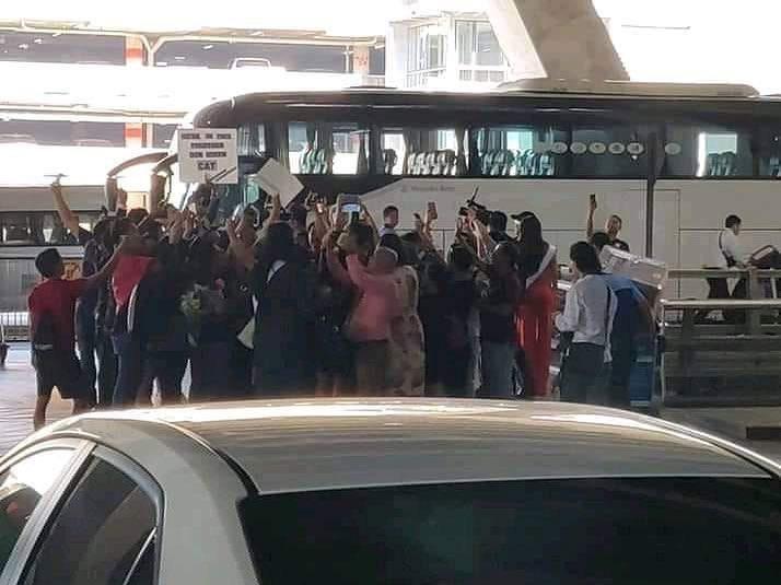 HHen Niê tạo dáng điên đảo tại sân bay Bangkok, mỹ nữ Philippines được chào đón như nữ hoàng-11