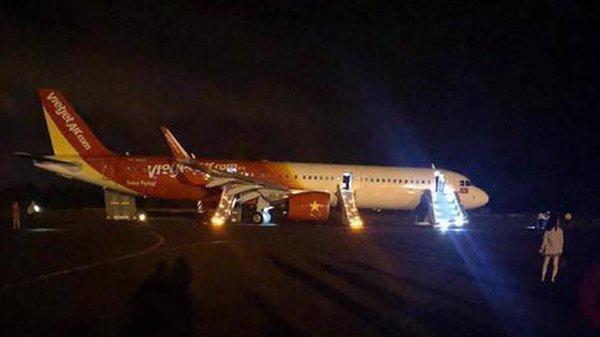 Máy bay Vietjet Air gặp sự cố, hành khách ra ngoài bằng cửa thoát hiểm-1