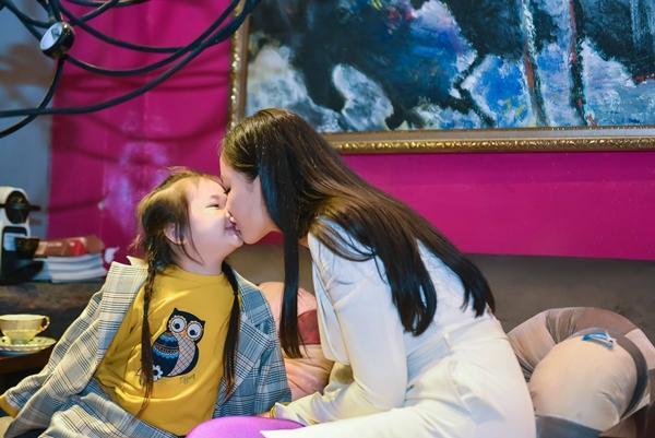 Đúng máu mẹ, con gái Maya càng lớn càng xinh đẹp đáng yêu và cực kỳ dạn dĩ trước ống kính-2