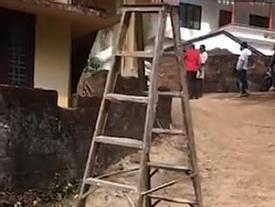 Kỳ lạ: Chiếc thang 'tự biết đi' khiến dân làng sợ 'lạnh gáy'