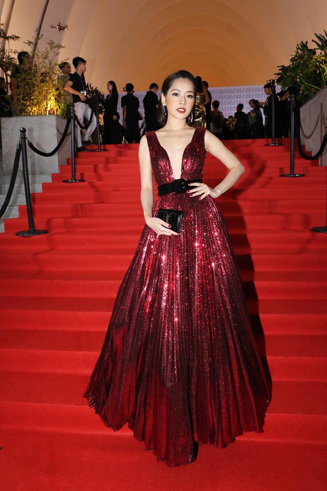 Hà Anh Tuấn - Hoàng Oanh lên đồ bắt cặp - Tiểu Vy chiều fan với gam trắng tinh khôi ĐẸP NHẤT thảm đỏ tuần qua-5