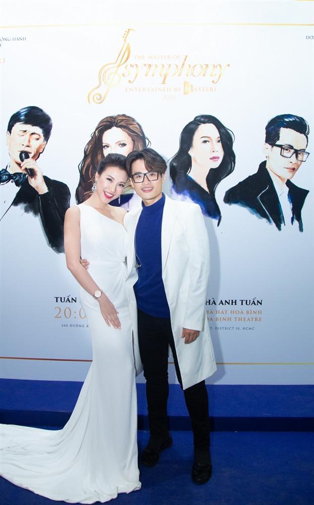 Hà Anh Tuấn - Hoàng Oanh lên đồ bắt cặp - Tiểu Vy chiều fan với gam trắng tinh khôi ĐẸP NHẤT thảm đỏ tuần qua-1